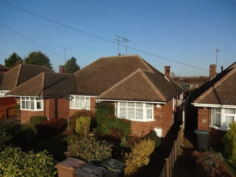 2 Bedrooms Semi Detached Bungalow for sale in Toddington Road, Luton