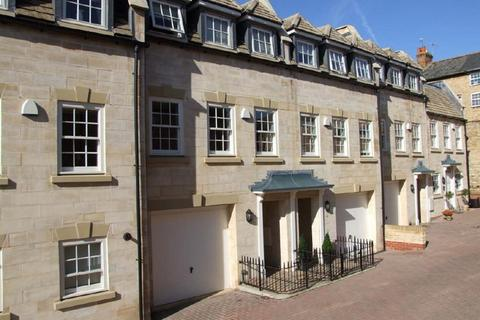 3 bedroom property to rent - Old School Court, Stamford,