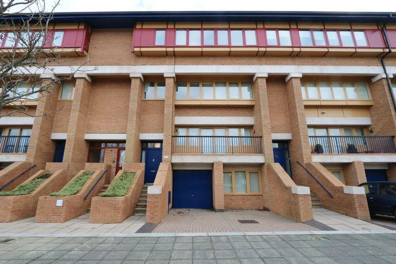 3 Bedrooms Terraced House for sale in North Row, Milton Keynes