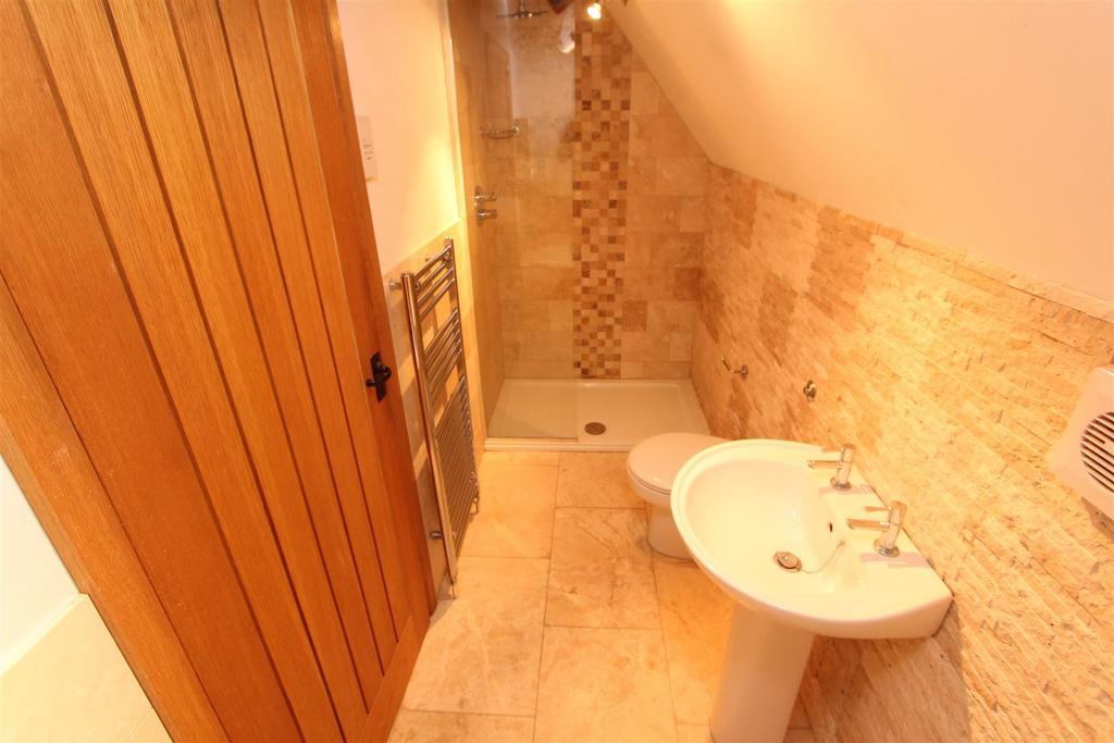 Bedroom 4 en suite bathroom