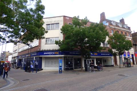 Retail property (high street) to rent - King Street, Gravesend, Kent