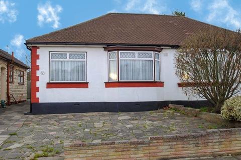 2 bedroom bungalow for sale - Derby Avenue, Upminster, RM14