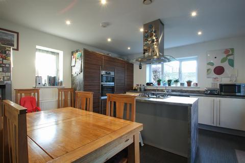 4 bedroom detached house for sale - Eleanor Close, Dartford