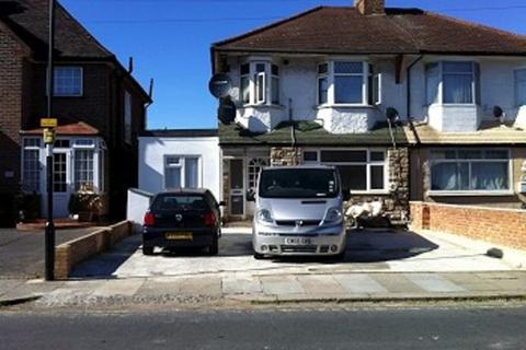 Studio to rent - Mitchell Road, Palmers Green
