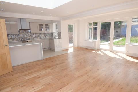 4 bedroom bungalow to rent - Baring Road, New Barnet, Herts, EN4