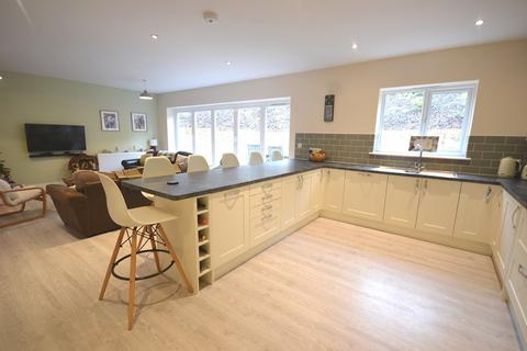 4 bedroom detached house to rent - High Road, Loughton