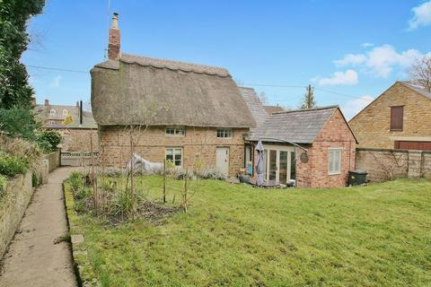 2 bedroom cottage for sale - Thorpe Road, Chacombe - Immaculately presented throughout - south facing rear garden