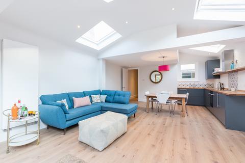 2 bedroom ground floor flat to rent - Gransden Road, Wendell Park, London, W12