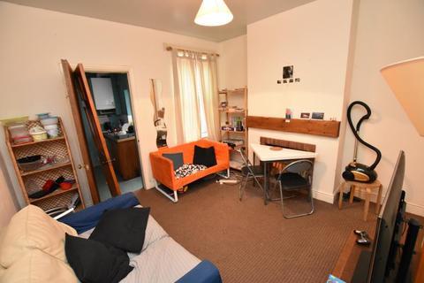 4 bedroom end of terrace house to rent - Hubert Road