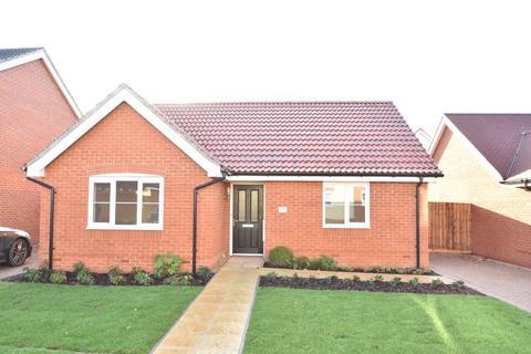 2 bedroom detached bungalow for sale - Abbott Way, Holbrook, Ipswich, IP9 2FF