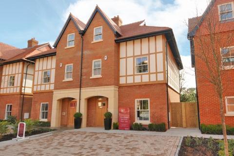 4 bedroom semi-detached house to rent - Queensbury Gardens, Coronation Road, SL5