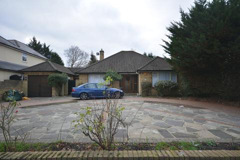 2 bedroom detached bungalow for sale - Woodlands Avenue, Emerson Park, Hornchurch RM11