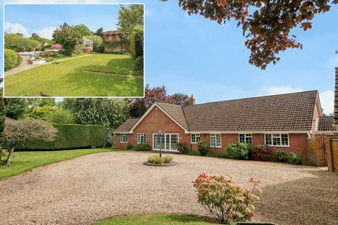 5 bedroom detached bungalow for sale - Bucklebury Common, Woolhampton, Berkshire