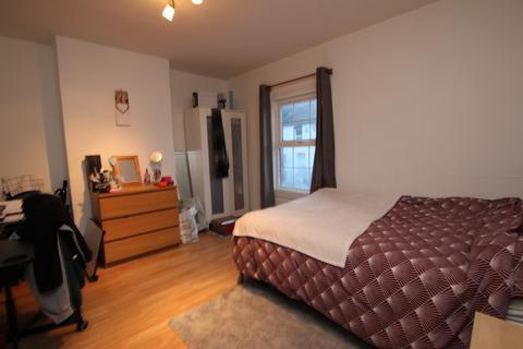 4 bedroom terraced house to rent - Donnington Gardens, Reading, Berkshire, RG1