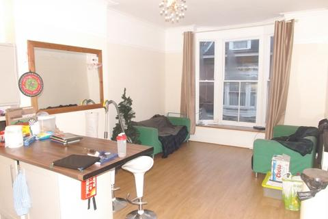 4 bedroom maisonette to rent - *NO STUDENT FEES 2020*Castle Road, Southsea