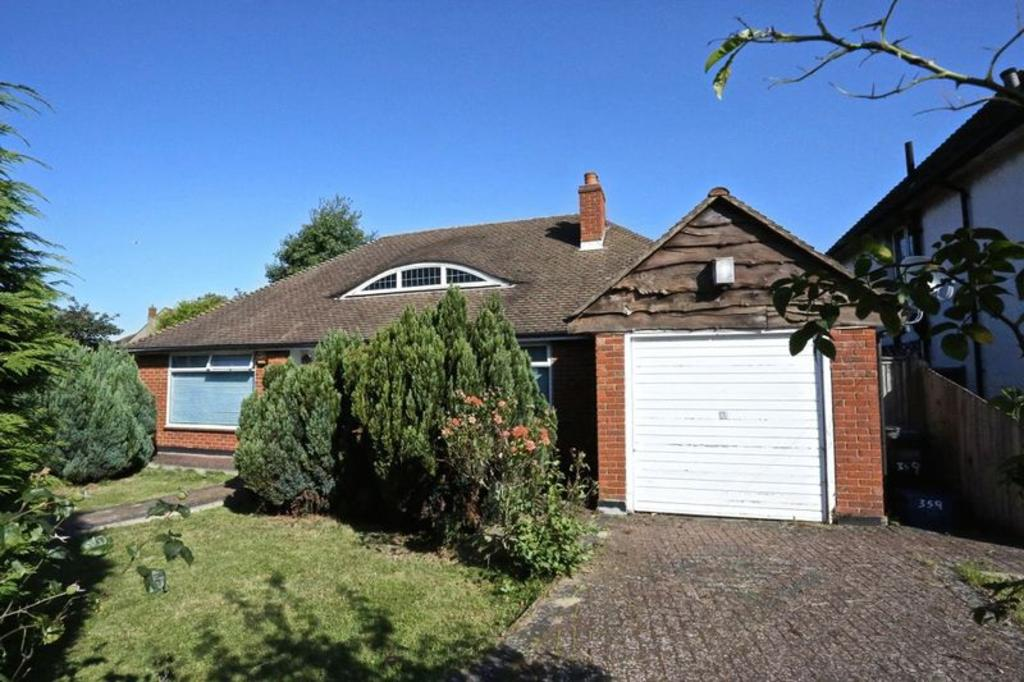 3 Bedrooms Detached Bungalow for sale in Addiscombe Road, Croydon