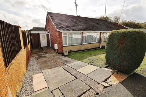 2 bedroom semi-detached bungalow to rent - Lynbrook Close, Dudley
