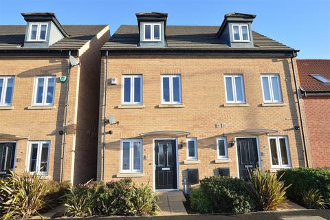 3 bedroom townhouse for sale - Manor Drive, Peterborough