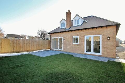 3 bedroom detached bungalow for sale - CARTERTON, Burford Road OX18 1AF