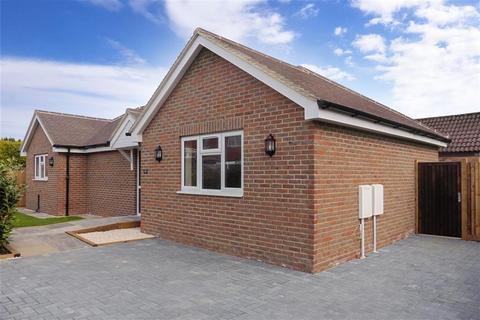 2 bedroom detached bungalow for sale - Parkhurst Road, Horley, Surrey
