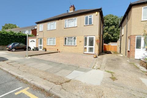 3 bedroom flat for sale - Lawrence Drive, Ickenham, UB10