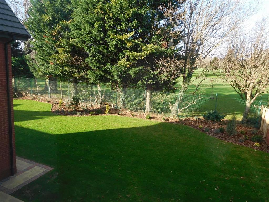 Level lawned gardens
