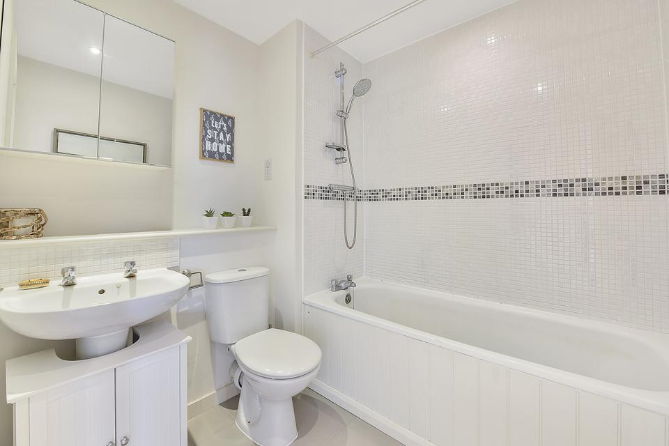 High Street Colliers Wood, London SW19 1 bed flat to rent ...