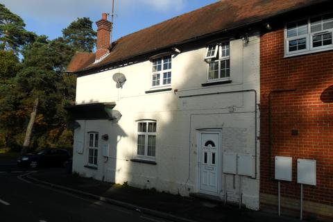 2 bedroom flat to rent - New Road, Whitehill GU35