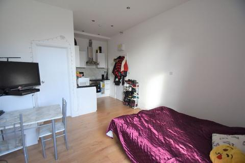 Studio to rent - Horn Lane