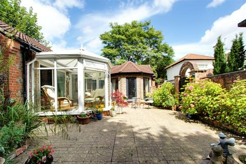 2 bedroom bungalow for sale - High Meadows, Kirk Ella, Hull, East Riding Of Yorkshire, HU10