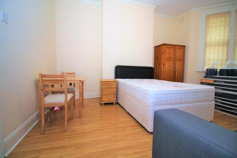 Studio to rent - Evington Road, Off London Road, Leicester,
