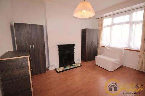 4 bedroom detached house to rent - Coombe Road, Wood Green, N22