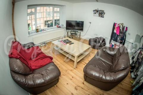 5 bedroom detached house to rent - Matlock Court, City Centre