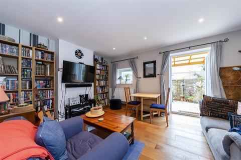 2 bedroom maisonette for sale - Frensham Drive, London