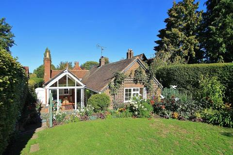 2 bedroom detached bungalow for sale - East Clandon