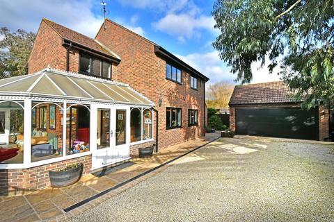 4 bedroom detached house for sale - Sutherland Avenue, Surrey