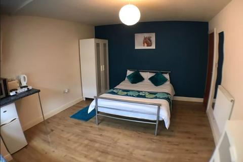 Studio to rent - St Ives Grove, ,