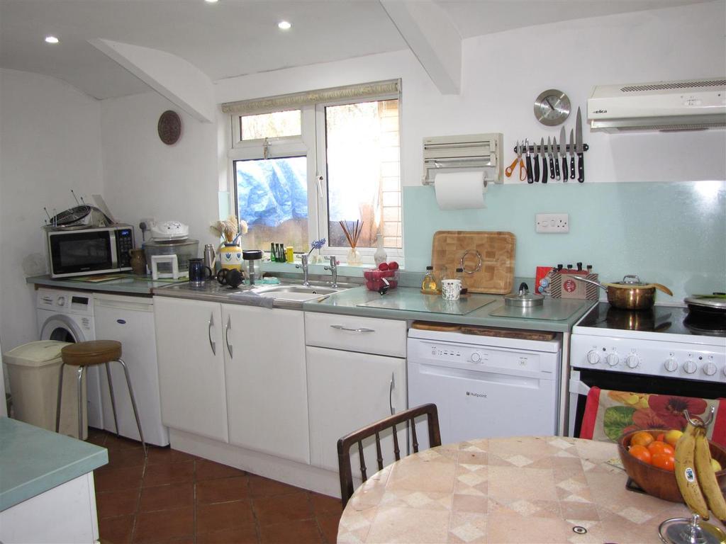 7853 Kitchen.JPG