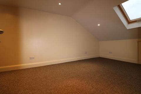 Flat to rent - Connop Road, Enfield, EN3