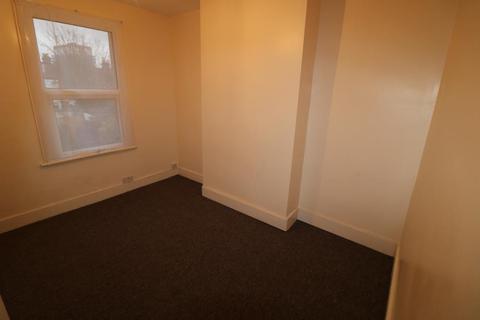 Flat to rent - Connop Road, Enfield, EN3