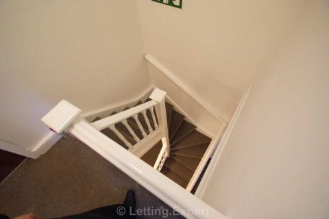 1 bedroom house share to rent - ONLY £100 DEPOSIT. A  CHOICE OF 5 BEDROOMS IN A HOUSE SHARE - CLIFFTOWN ROAD CENTRAL SOUTHEND