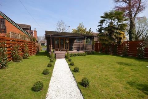2 bedroom detached house for sale - Riverside, Staines-upon-Thames