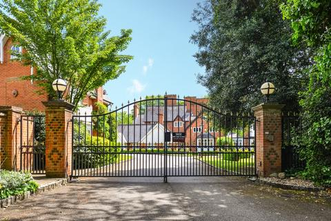 3 bedroom apartment to rent - Devey Close Kingston Upon Thames KT2