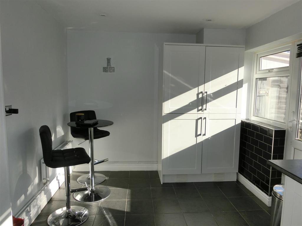 Sandmere Grove 5 Kitchen 2.jpg