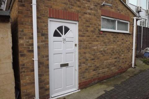 Studio to rent - hamlet court road, westcliff SS0