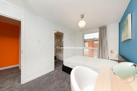 1 bedroom in a house share to rent - Carlisle Close, Kingston Upon Thames