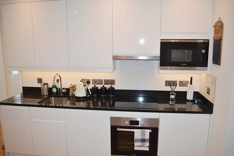 1 bedroom flat to rent - South Street, Epsom, Surrey. KT18 7PX