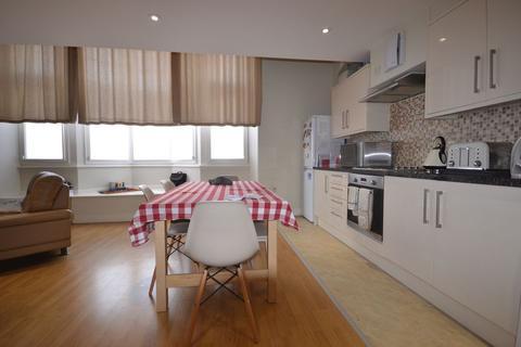 3 bedroom apartment to rent - Three Bedroom  Split Level Two Bedroom Flat To Let East Street, (£1400pcm) Barking