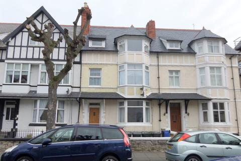 Studio to rent - Charlton Street, Llandudno