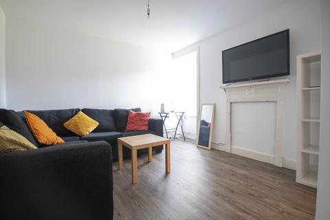 4 bedroom flat to rent - Candlemaker Row, Edinburgh, EH1 2QE